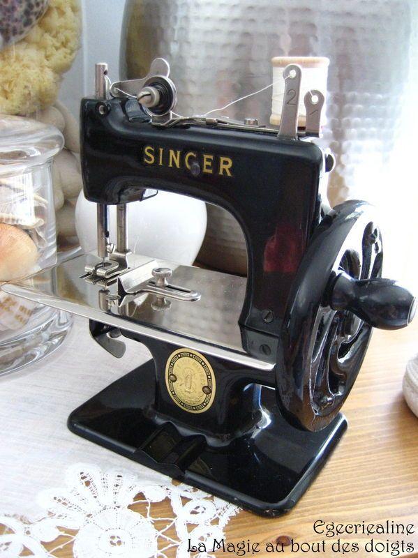petite machine coudre singer machine coudre pinterest coudre les m mes et ancien. Black Bedroom Furniture Sets. Home Design Ideas