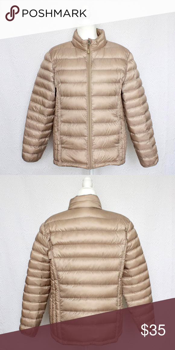 Lightweight Women's Down Puffer Coat Made with lightweight material that can be compressed to the size of a small umbrella, Which means it fits into mid sized bags and purses when you're not wearing it!  Provides a lot of warmth considering how light it is  Only worn once or twice In like new condition No damages/stains/flaws  Size is an XL, but I am usually a M/L and this fits me perfectly with enough room to wear a sweater underneath so I'd say it runs small 32 Degrees Jackets & Coats Puffers #smallumbrella