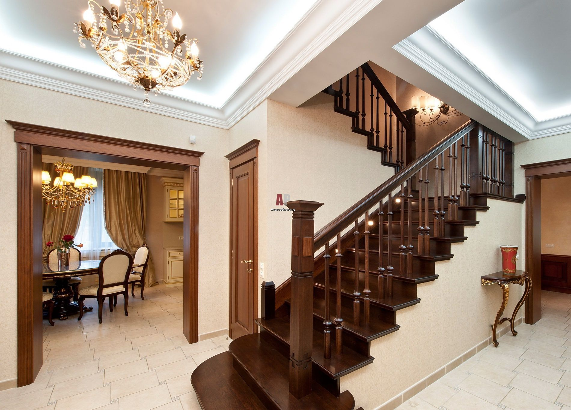 Фото лестницы двухэтажного загородного дома в классическом ...