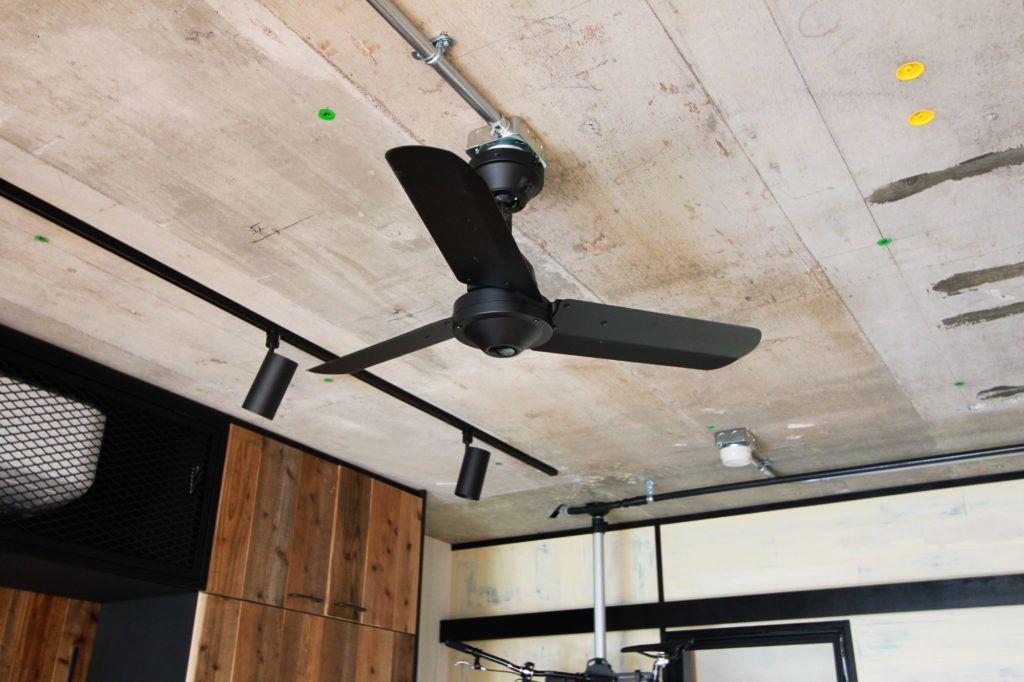 インダストリアルな素材感 吹抜けのあるマンションリノベーション