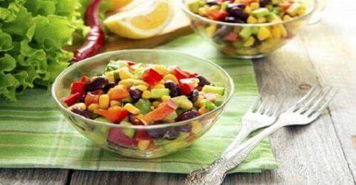 Tässä artikkelissa kerromme sellaisista ruoista, jotka auttavat sinua vähentämään painoasi terveellisellä tavalla, eli ns. kaloreita vähentävistä ruoista.