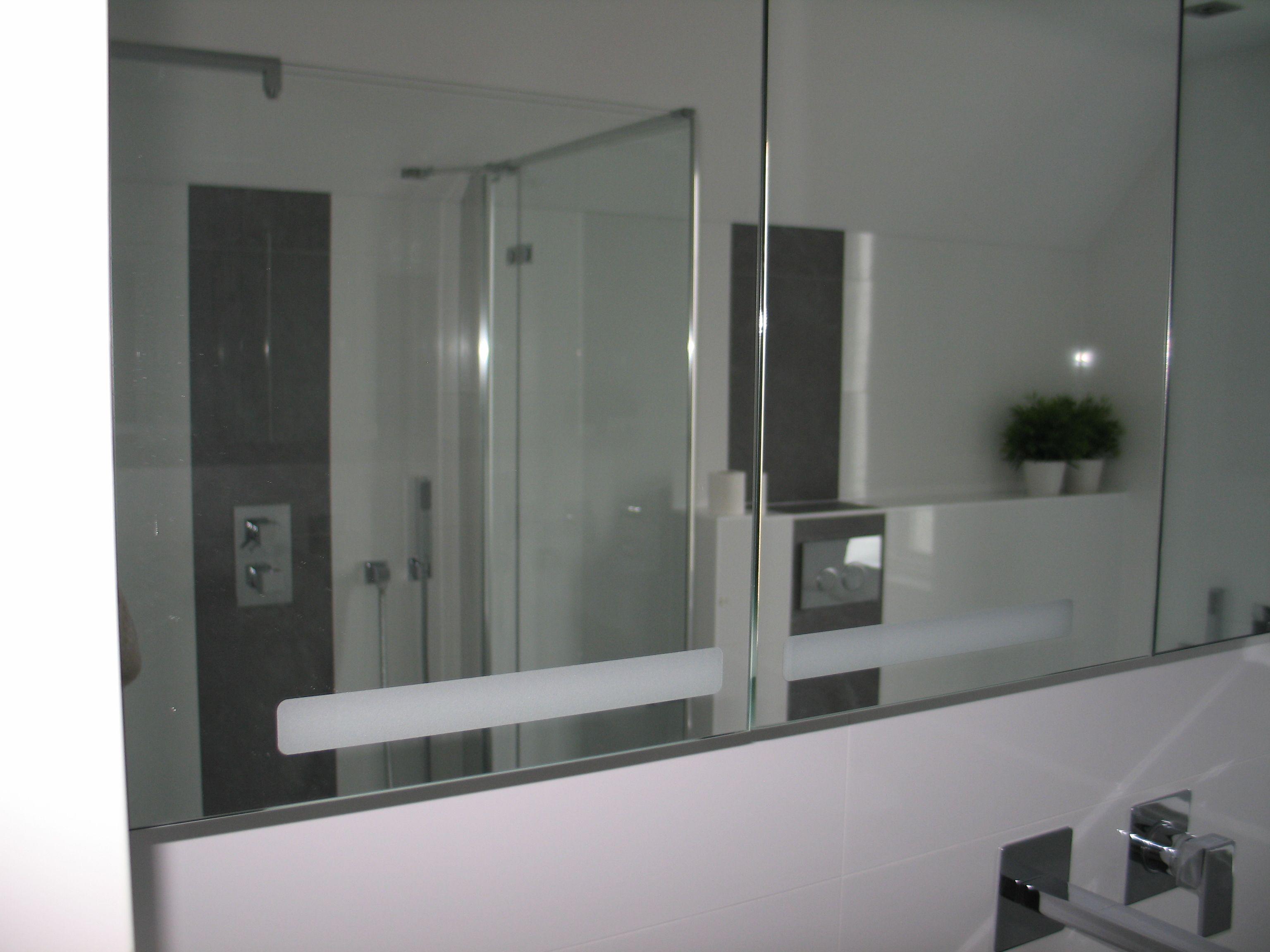 Spiegelwand maakt badkamer groter. deze is gedeeltelijk voorzien van