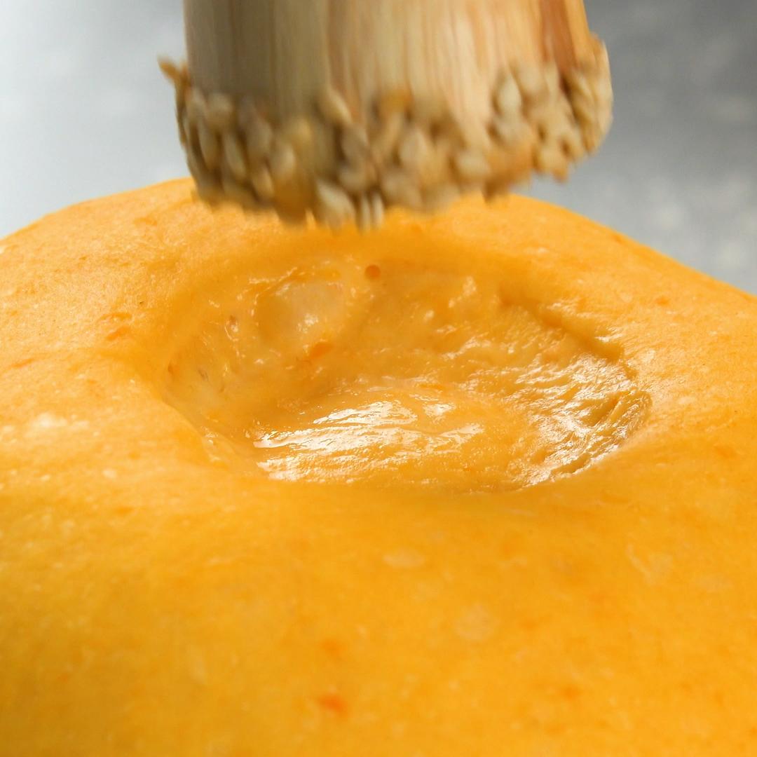 On n'a pas l'habitude de faire son pain maison. C'est pourtant d'une simplicité enfantine ! Regardez la recette en vidéo et découvrez toutes les étapes en détail en cliquant sur le lien. De quoi ajouter un parfum délicieux et un peu de fantaisie à votre repas !  #Recette #Cuisine #Pain #Courge #Sésame #Repas #Accompagnement #Hiver #Saison #Tutoriel