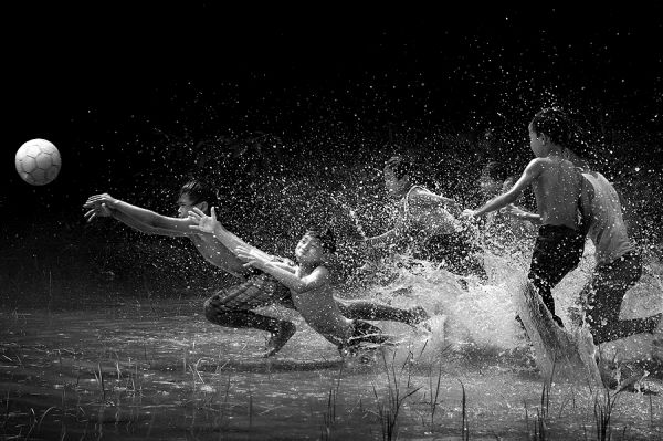 30 Amazing Photographs Of Children Playing In Rain Action Photography Water Photography Amazing Photography
