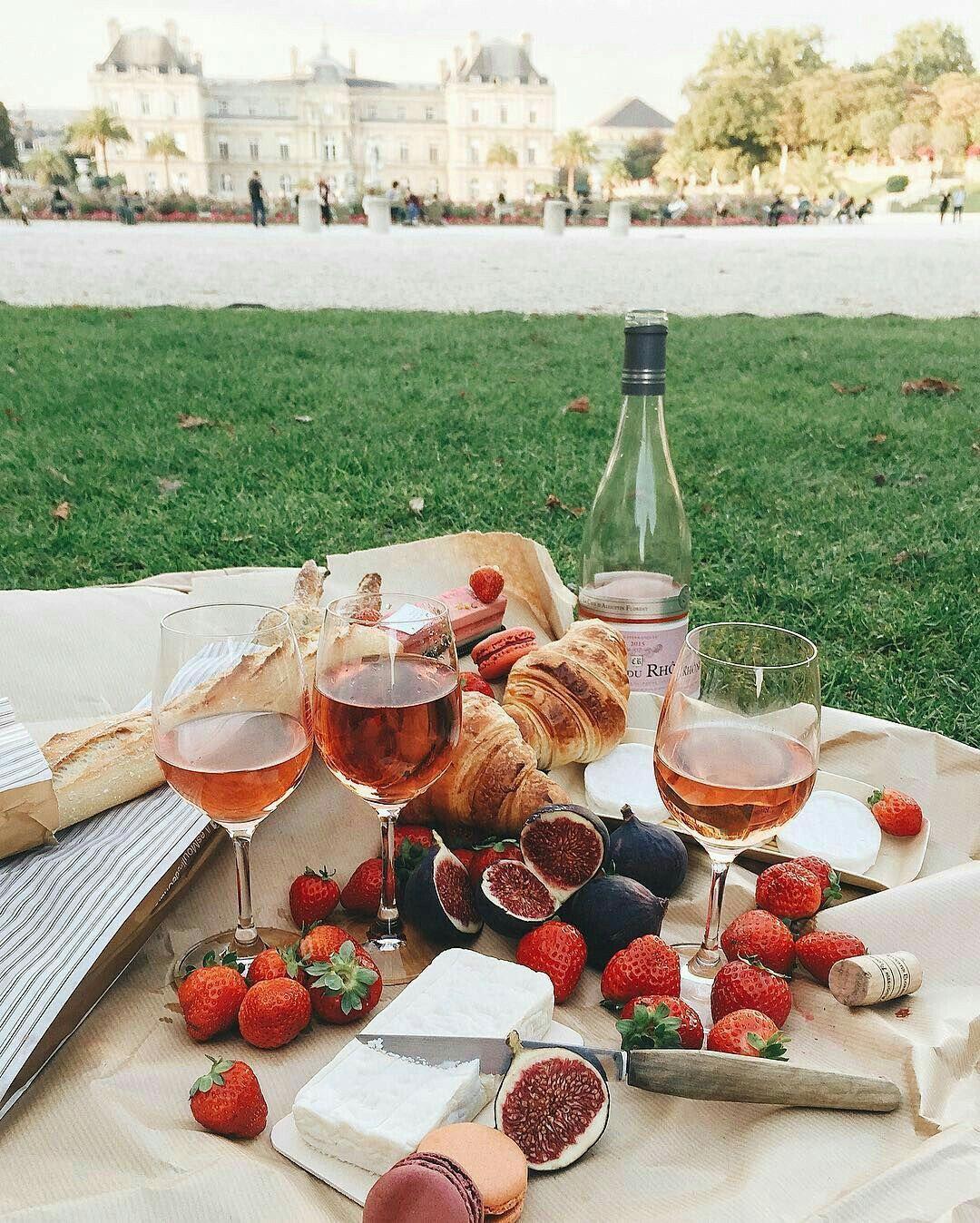 picnic wine   Picknick essen, Romantische picknicks