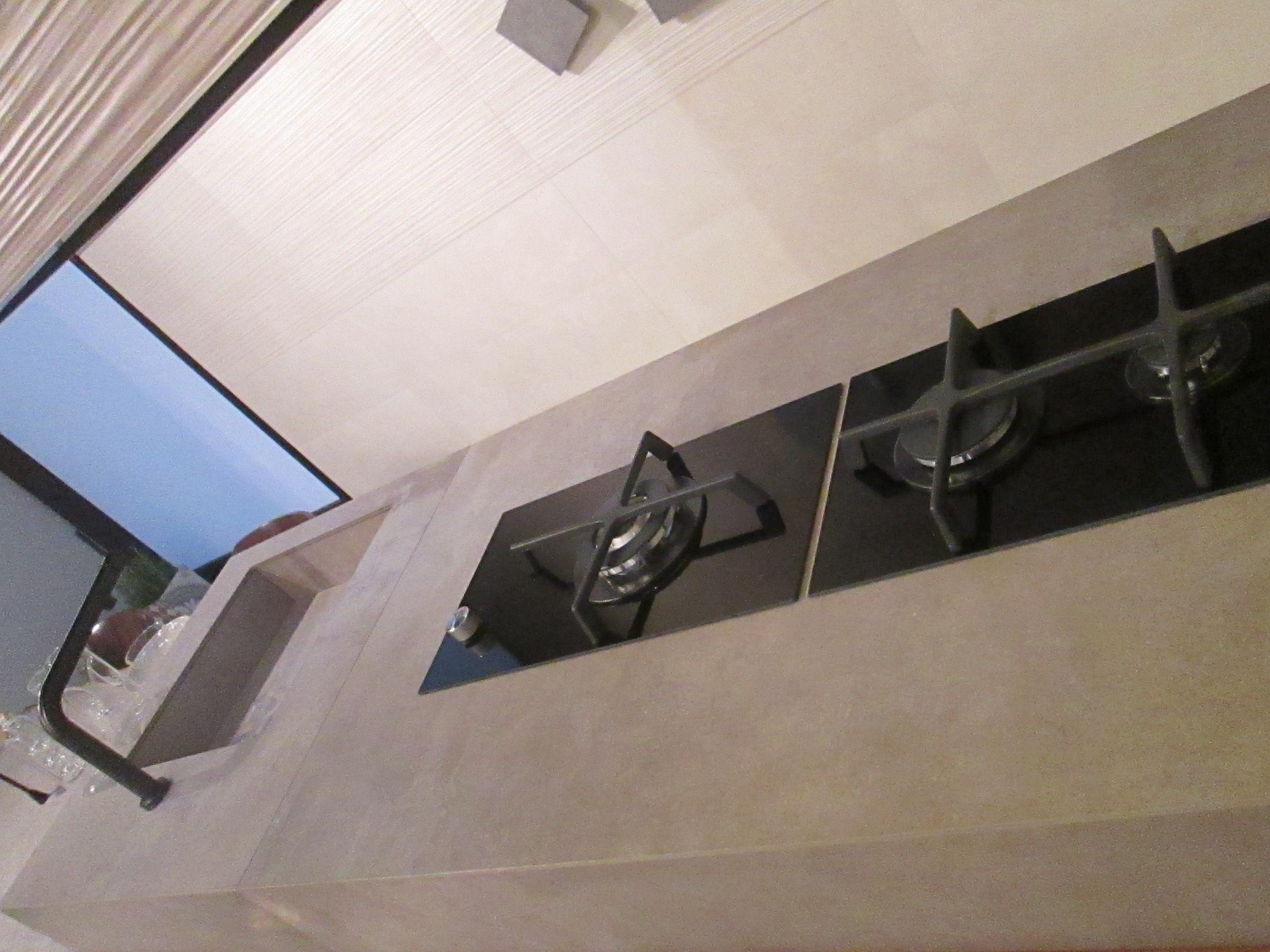 Piano di cottura in gres porcellanato cucina effetto cemento cersaie 2016 pinterest for Piano cucina in cemento
