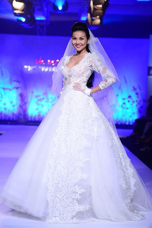 Thanh Hằng rạng rỡ trong váy cưới ren của Joli Poli