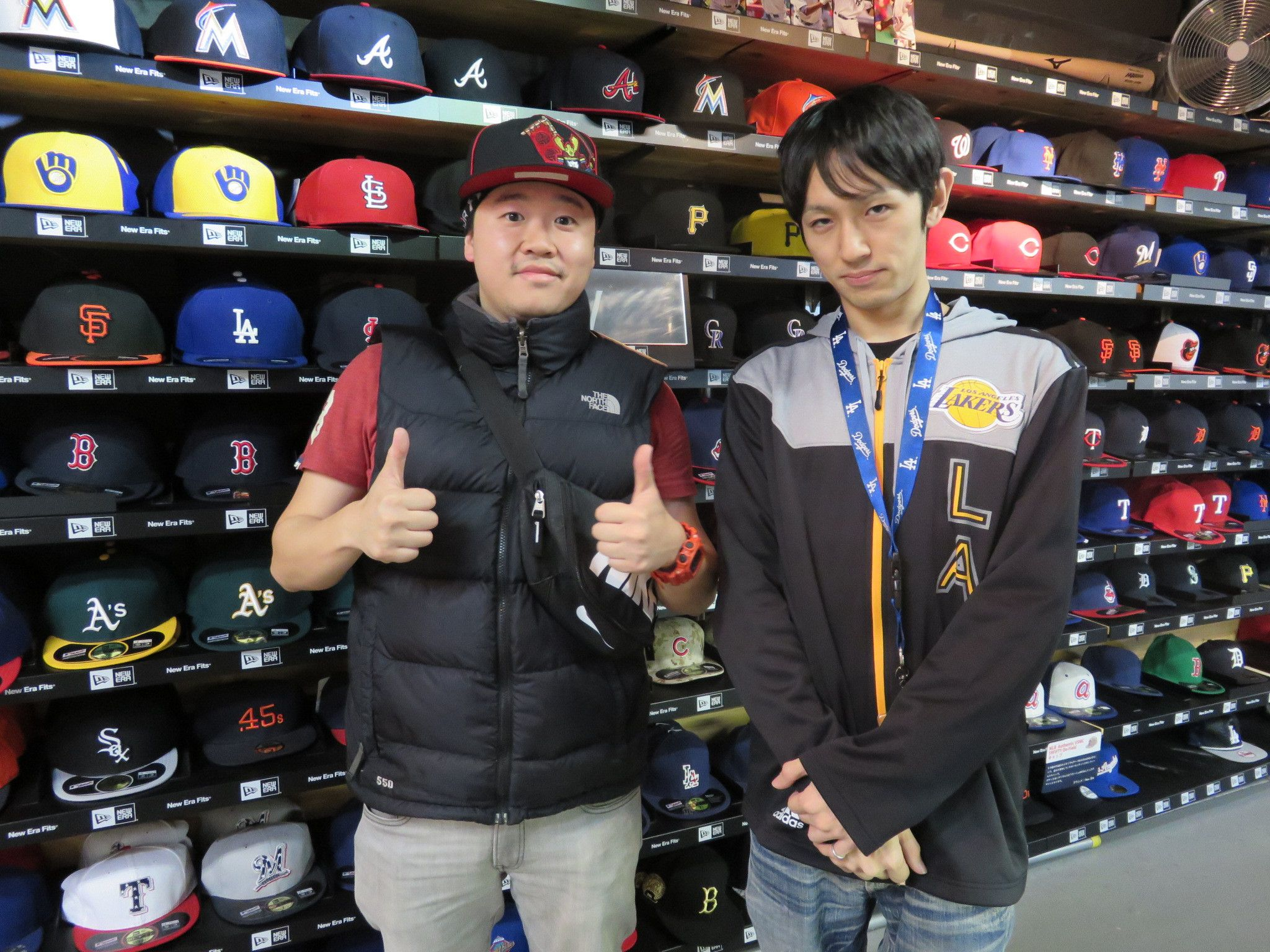 【新宿1号店】2014.11.25 タイからのお客様です。日本のプロ野球について勉強中だそうです。来シーズンも注目の選手が多いので是非注目してみて下さいね!ขอบคุณครับ