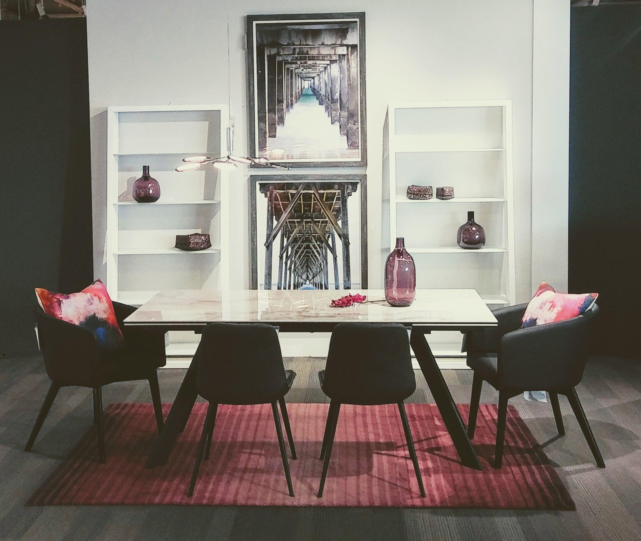 Magnifique Mobilier De Salle A Manger Avec Chaises En Tissu Table Avec Dessus En Verre Et Tapis Aux Teintes Roses Home Decor Home Dining Table