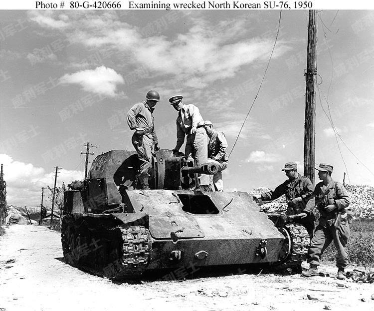 New 8x10 Korean War Photo Infantrymen Take Cover Behind Tank near Hongchon