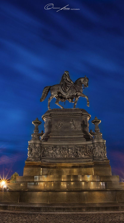 Reiter vor der Dresdner Semperoper in der blauen Stunde by Christian März on 500px