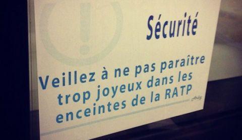 Un street-artist détourne les affiches de la RATP dans le métro parisien