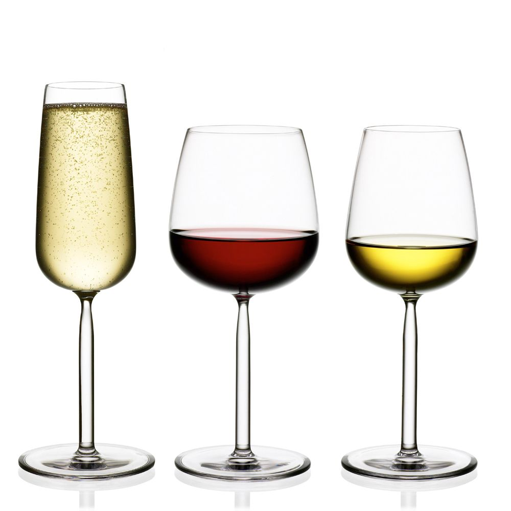 SENTA Serie - Der Stiel verengt sich direkt unter dem Kelch leicht, wodurch eine natürliche, fast schon sinnliche Aushöhlung für Finger und Daumen entsteht. Wenn Sie ein Senta-Glas hoch heben werden Sie sich fragen, warum nicht alle Weingläser so geformt sind.