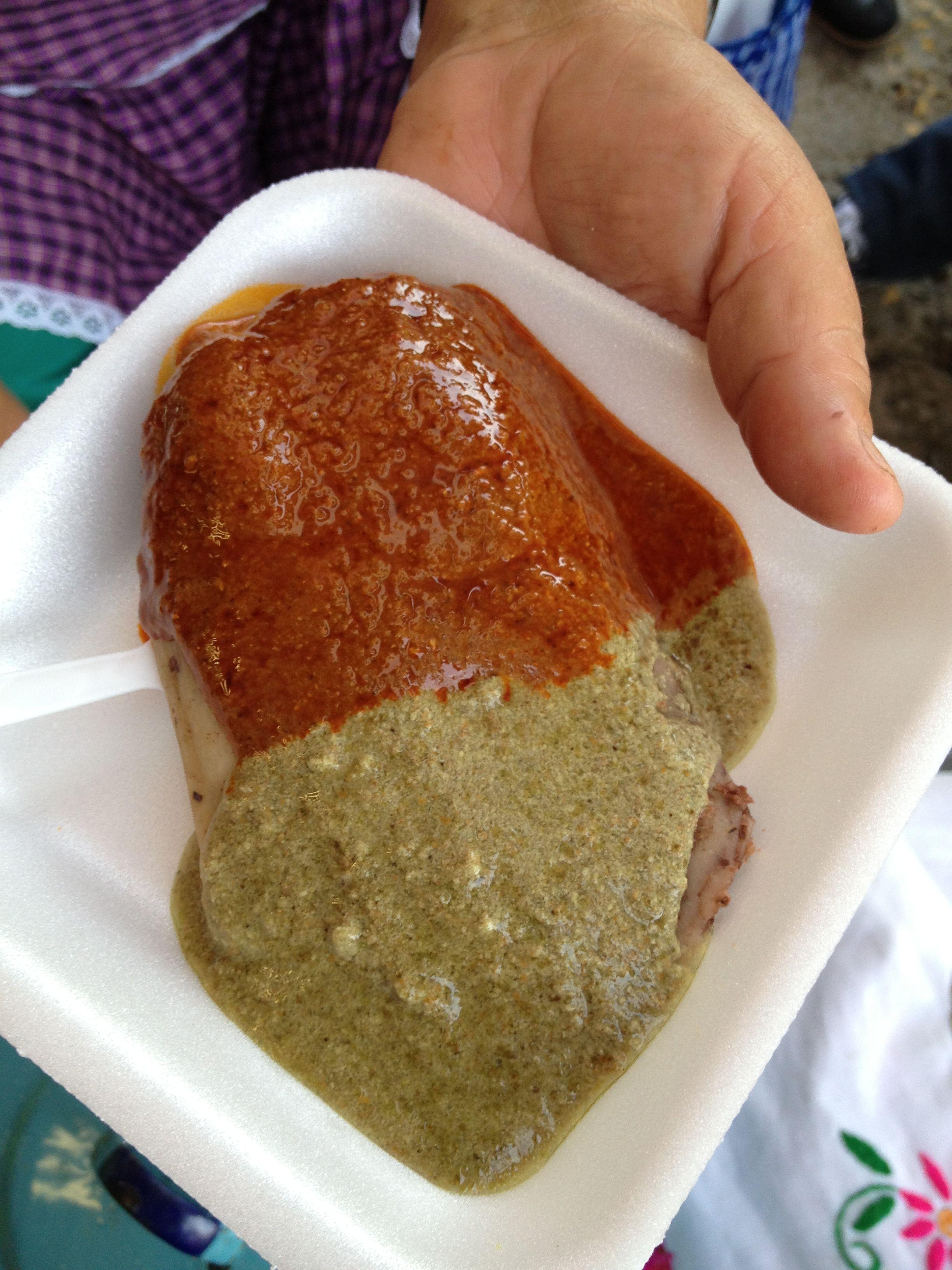 Tamal de frijol de Guerrero con dos moles