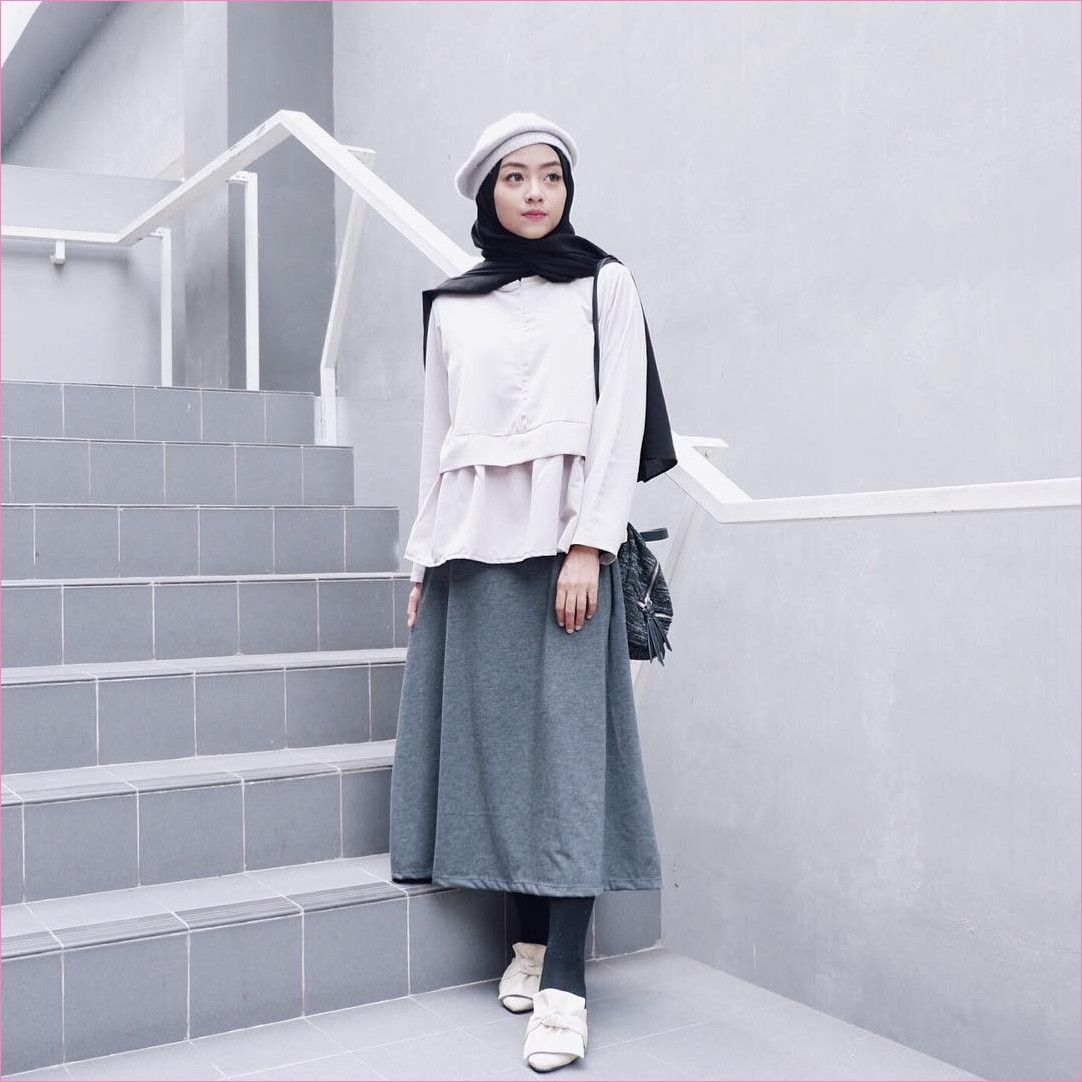 Outfit Baju Top Blouse Untuk Hijabers Ala Selebgram 2018 Peplum Blouse Rok Abu Tua Stocking Legging Hitam Gaya Model Pakaian Model Pakaian Model Pakaian Hijab