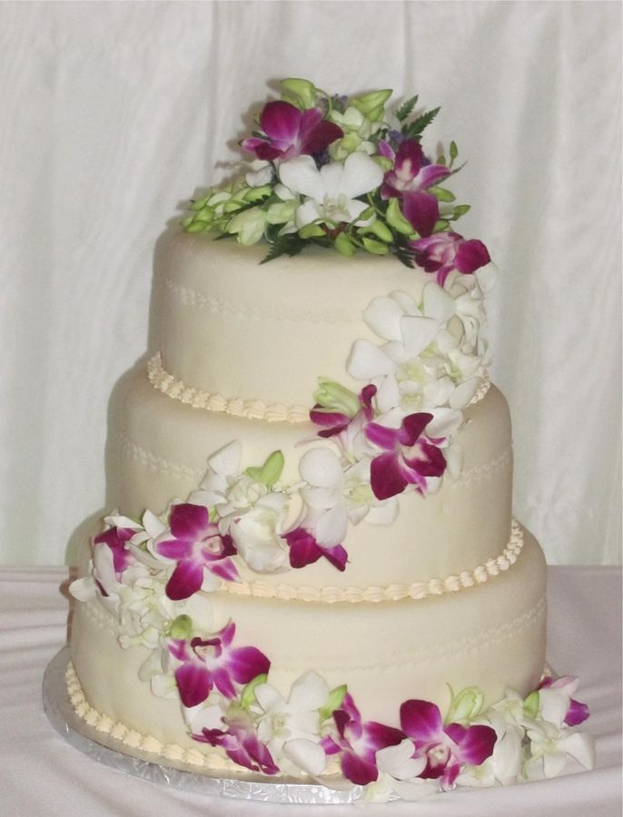 using real flowers on wedding cakes wedding cakes with real flowers ivory fondant 21514