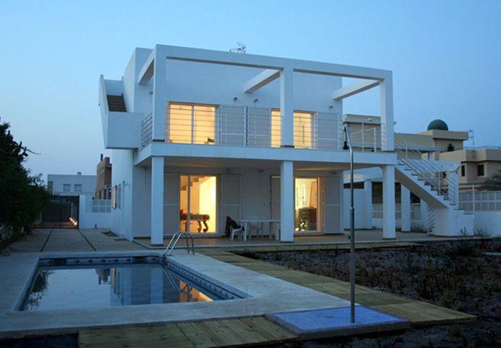 Balcon exterior jardin piscina porche escalera for Puertas salida jardin
