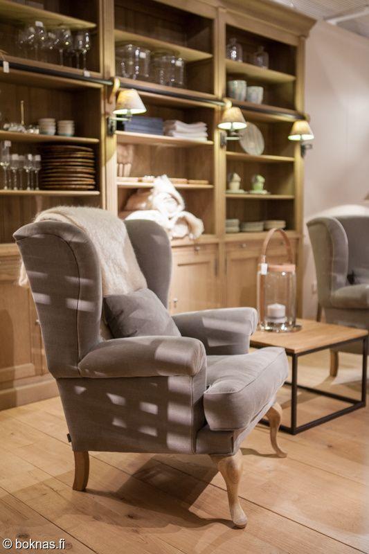 Flamant George-nojatuoli, johon voi valita itselle sopivan kankaan ja muuttaa jalkaväriä. Taustalla näkyy Balmore-kirjahylly tammisena. Kirjahyllya on myös valkoisena ja mustana.