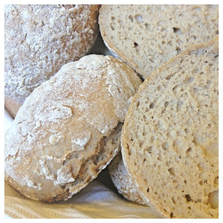 Bokhvete rundstykker  18-20 st  50 g jäst 9 dl svalt vatten (eller ljummet om du vill att det ska jäsa snabbare) 1,5 tsk salt eller mer efter smak 400 g bovetemjöl (ca 7 dl) 200 g rismjöl eller rårismjöl (ca 4 dl) (kan ersättas med hirsmjöl) 40 g psylliumfröskal/psylliumhusk (ca 1 struket dl mått, d.v.s. 1 dryg dl)