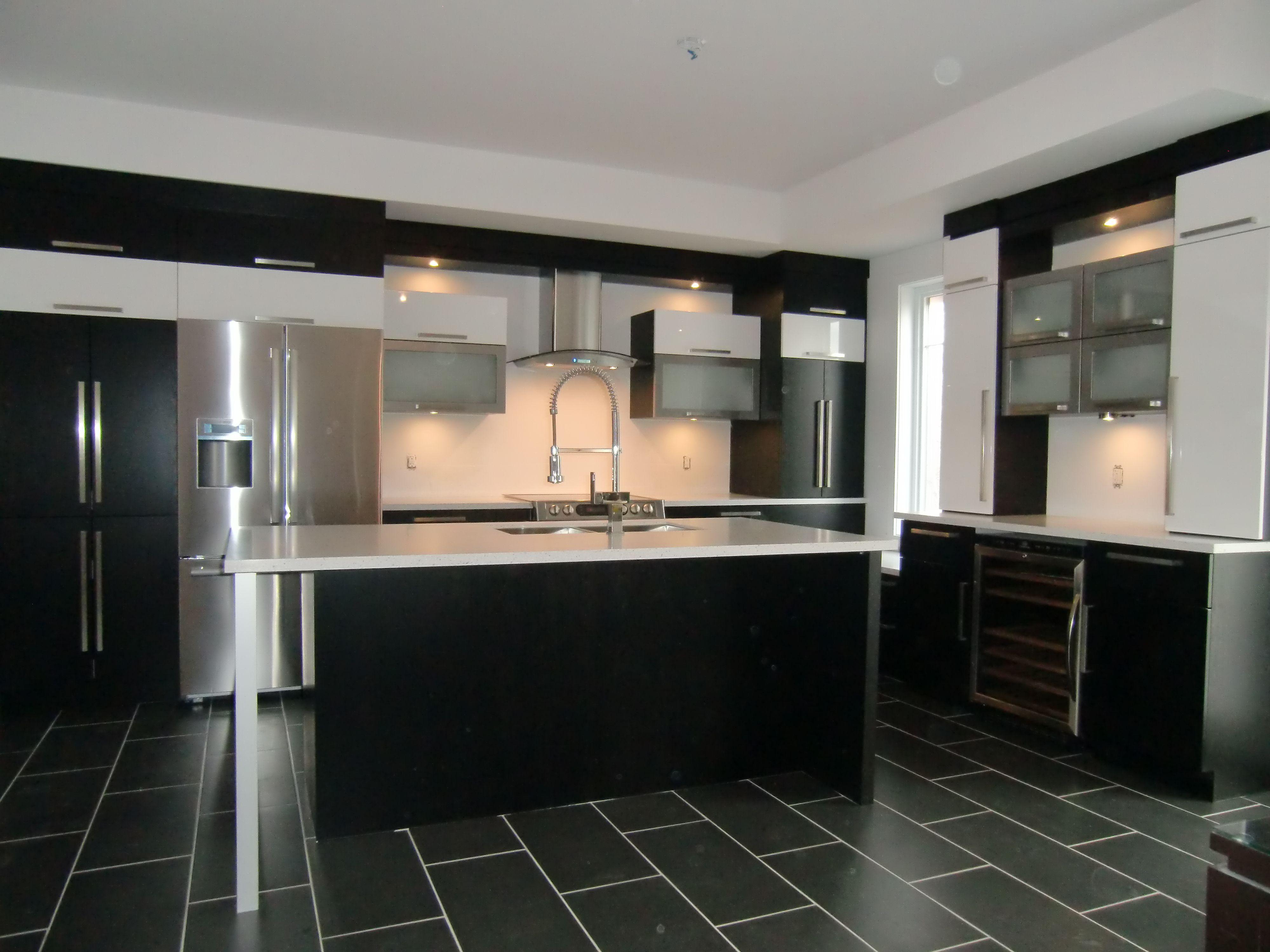 Armoire de cuisine moderne avec ilot comptoir corian | Déco Maison ...