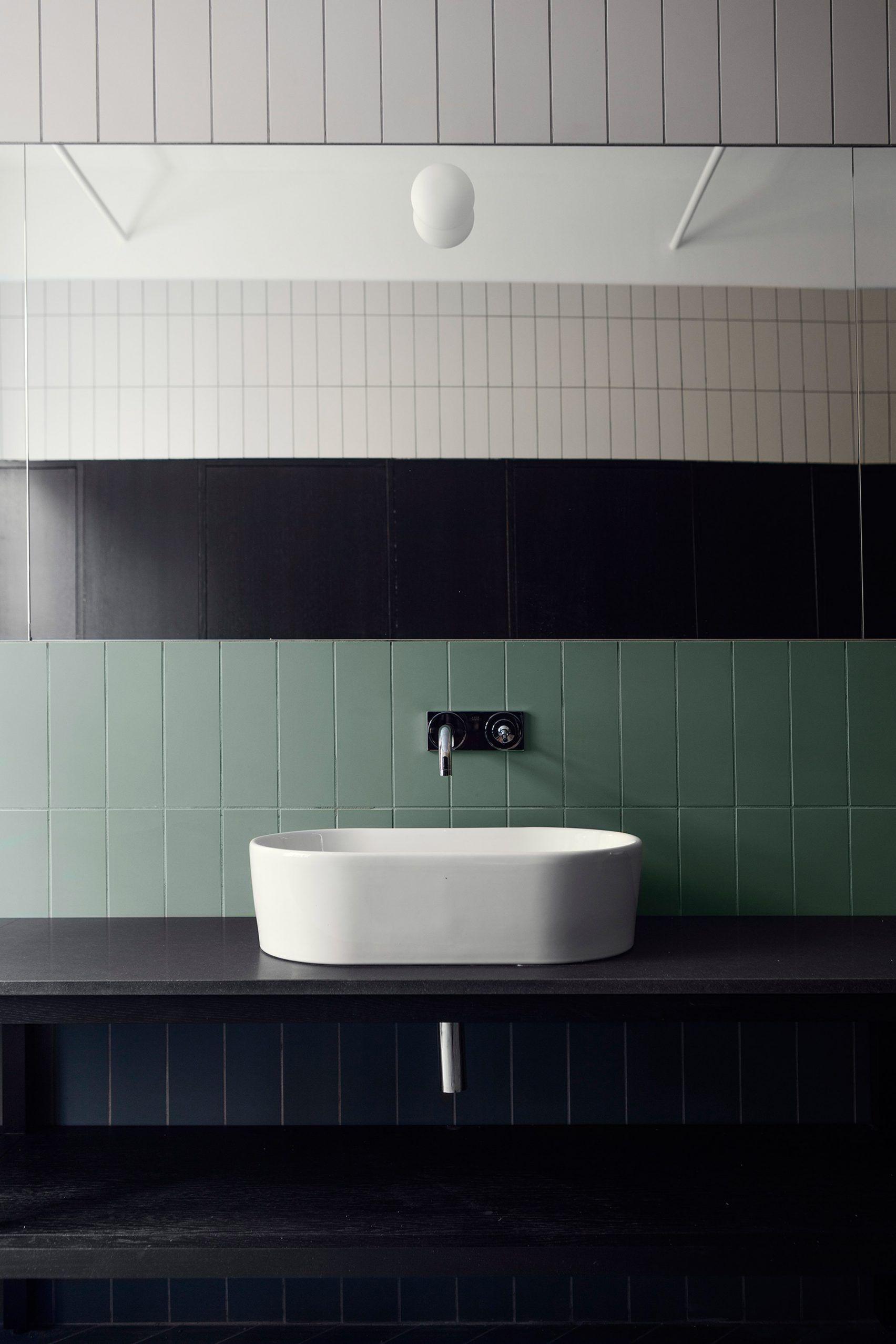 Faience Vert D Eau faïence 10x30 blanche et vert d'eau positionné verticalement