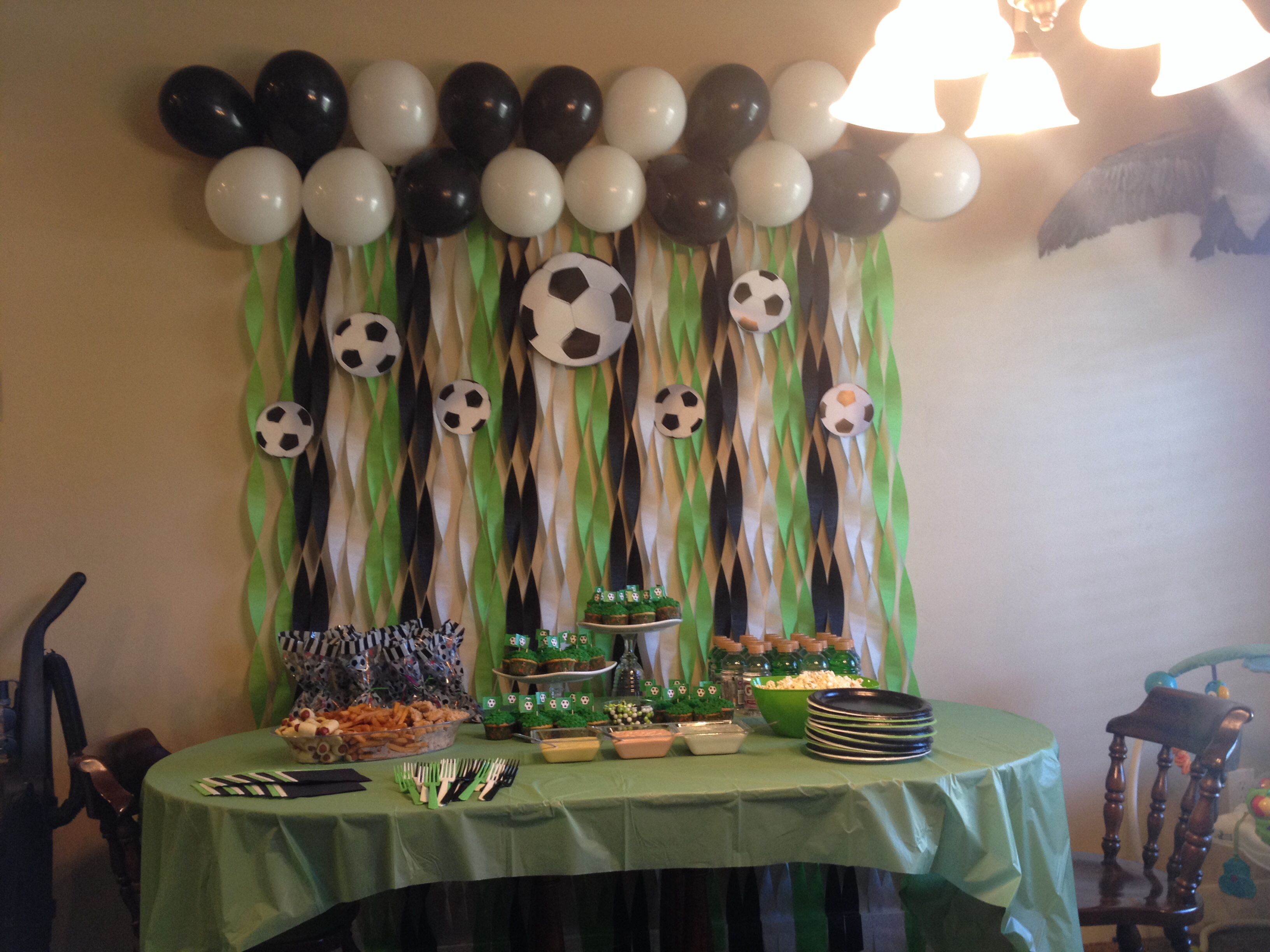 Soccer party table decor decoracion salon pinterest for Decoracion e