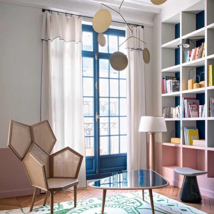 Le Grand Retour Du Mobilier Cannage La Tendance Est Confirmee Salon Retro Appartement Colore Appartement Relooking