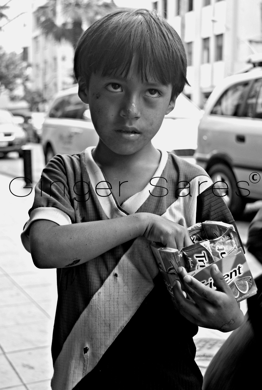 Retrato de niño vendiendo caramelos. ©  Lugar: Calles de Guayaquil.    triste y dura realidad
