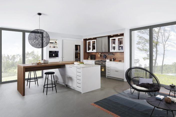 Küche in weiß mit Holzoptik-Elementen und großzügig gestaltetem