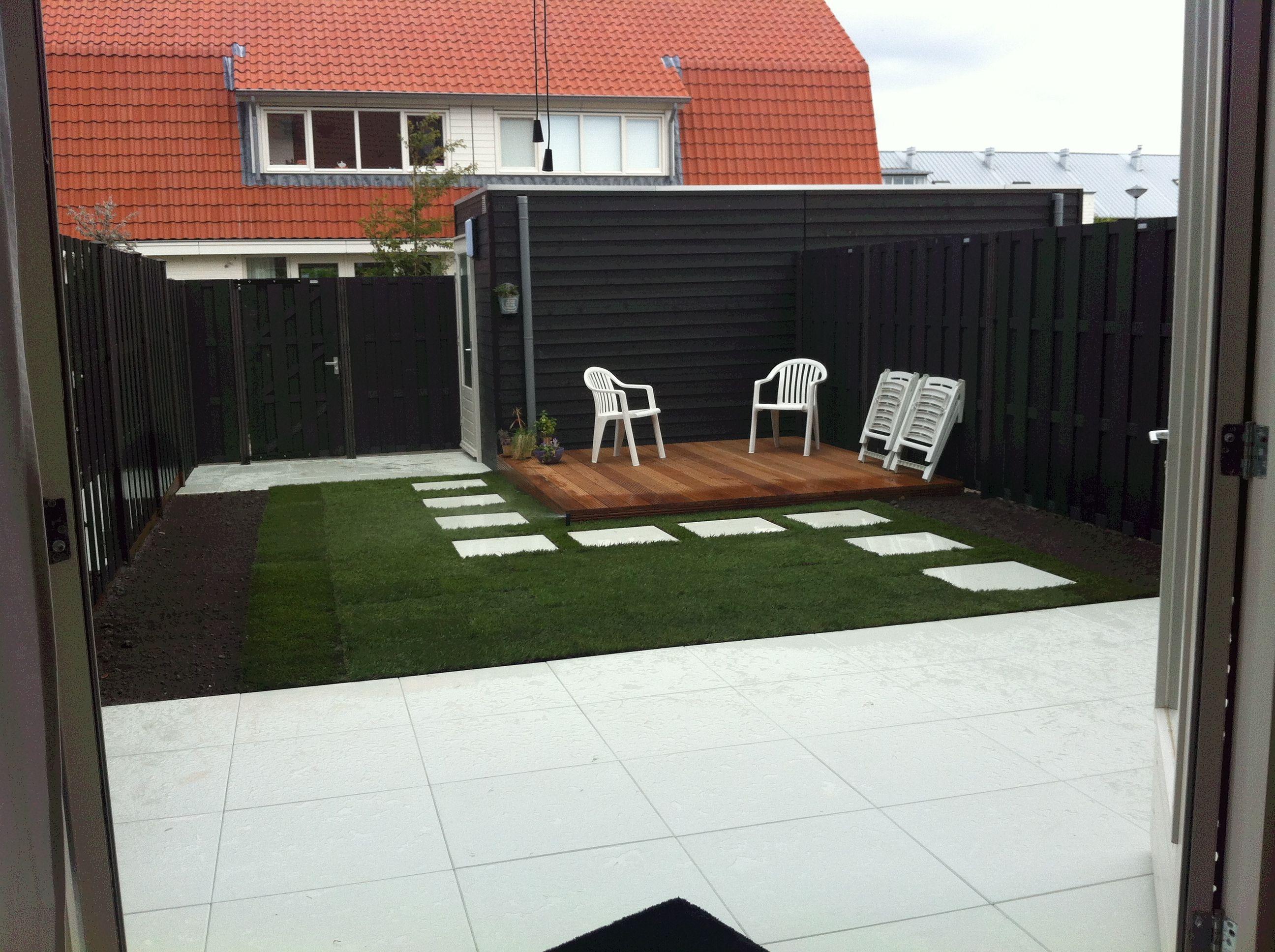 Witte Tegels Tuin.Onze Mooie Zwart Wit Tuin Zwarte Schuttingen Witte Tegels
