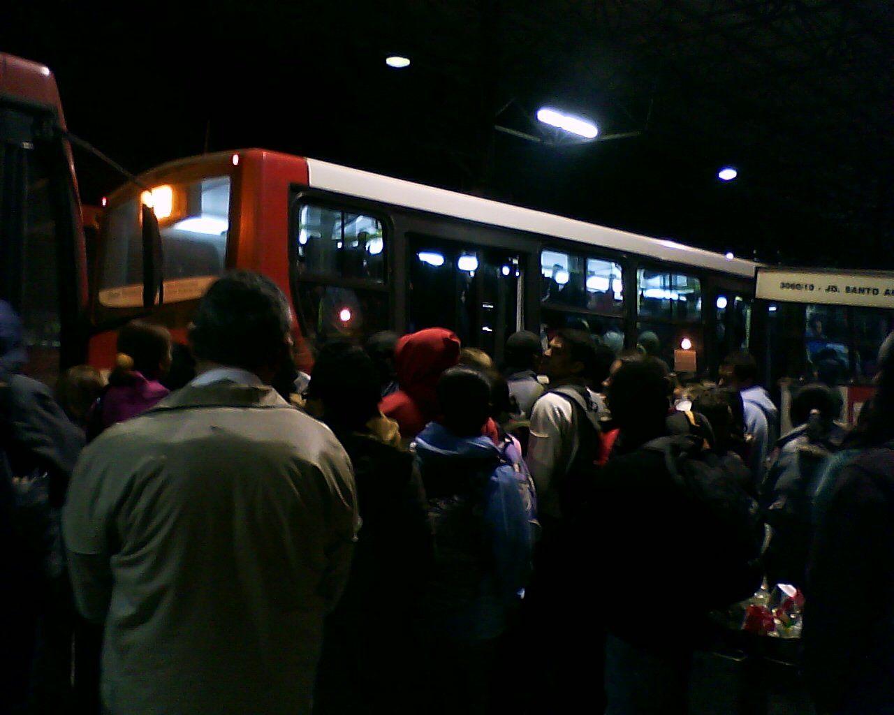 """O Coletivo Luta do Transporte no Extremo Sul lançou o documentário Terminal Grajaú: Humilhação Coletiva, que mostra o martírio diário de trabalhadores no transporte público na zona sul da cidade. Com ônibus lotados, filas intermináveis e longas esperas, as pessoas que dependem do transporte público perdem até quatro horas por dia na locomoção. Os depoimentos...<br /><a class=""""more-link""""…"""