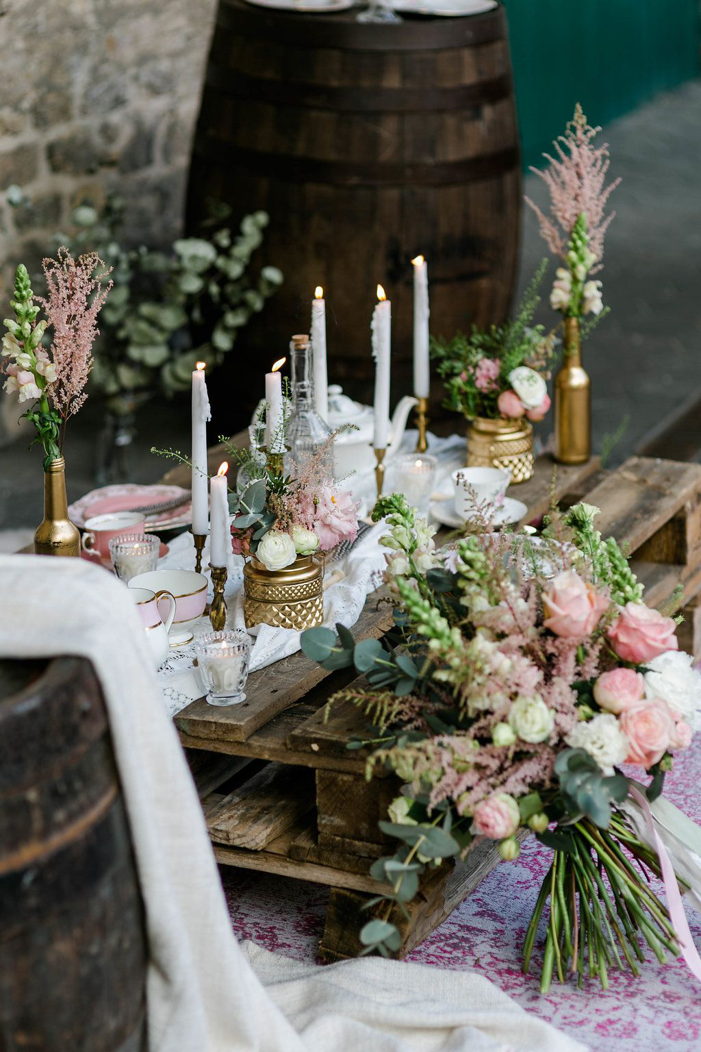 Tischdekoration Mit Grun Rosa Und Gold Boho Eleganz In Altrosa Und
