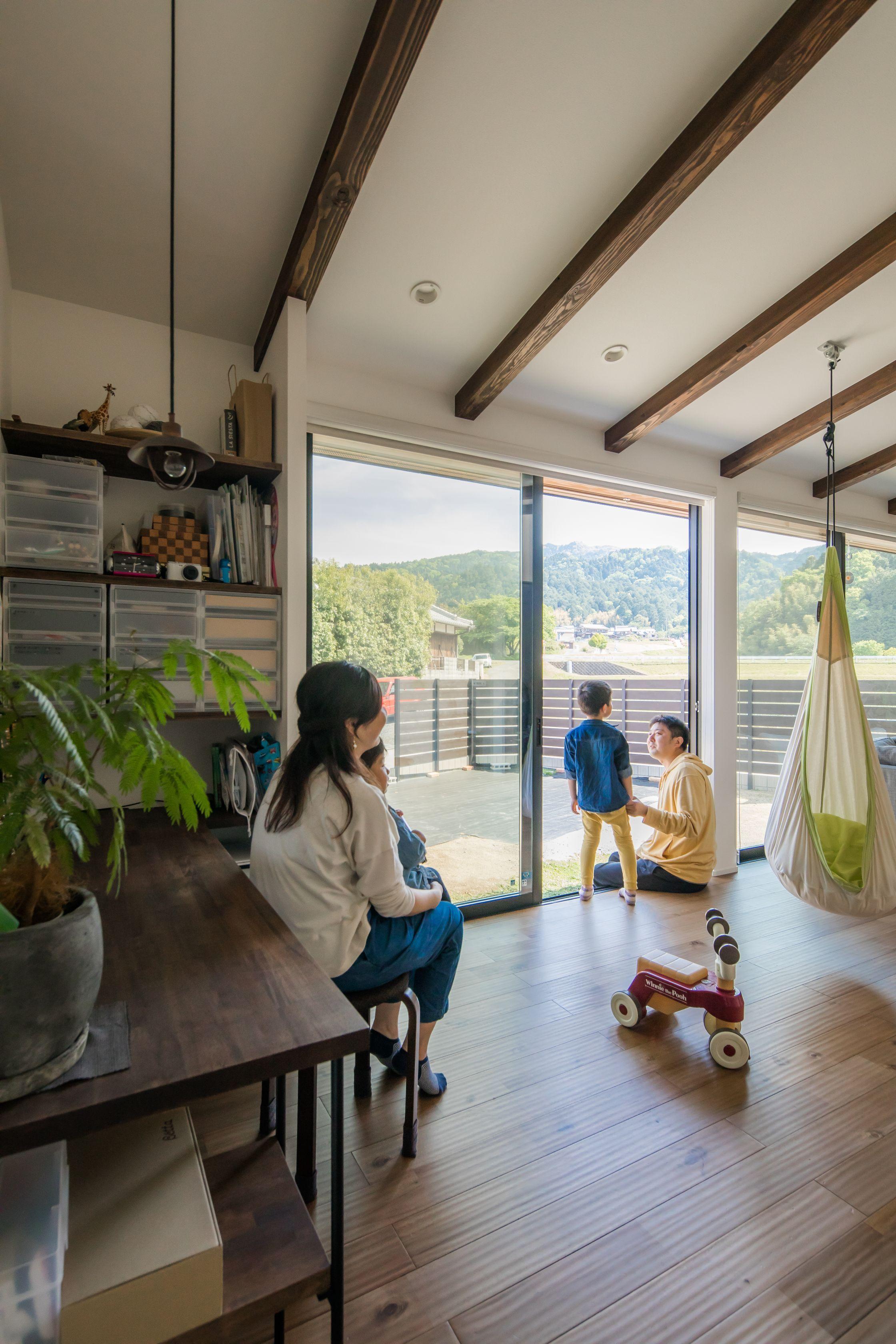 リビングの大きな窓から望む 家族だけのとっておきの景色