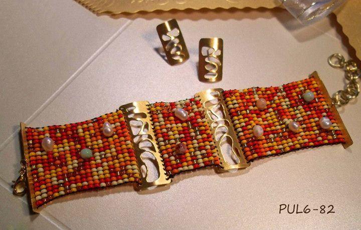 Pulsera tipo brazalete con tejido mostacilla y perlas en telar con apliques bronce con baño de oro 24 K y topos bronce baño de oro 24 K