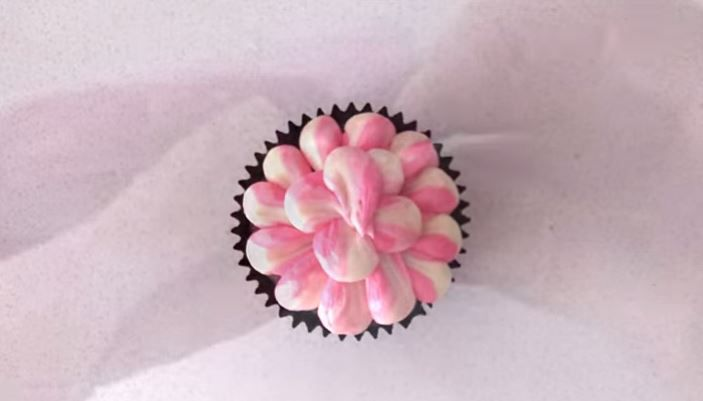 How To Pipe Frosting Without Buying Tips | Piping frosting ...