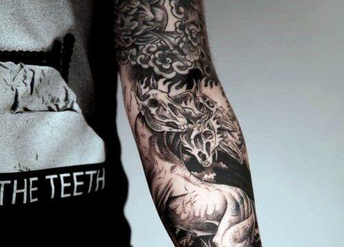 32-tatuagem-masculina-braco-blackwork