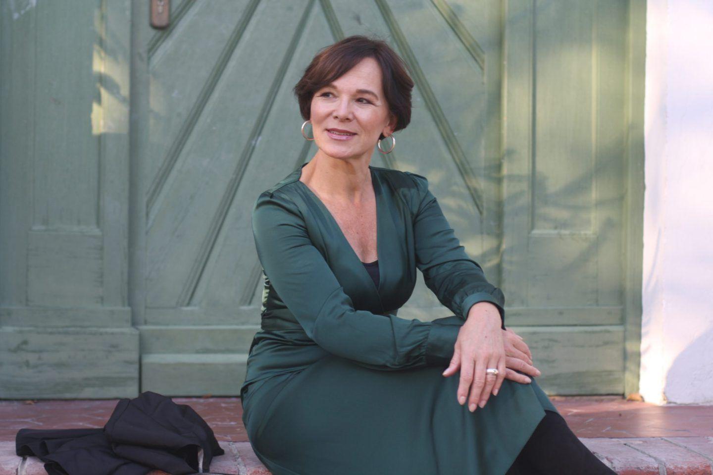 femininer look in grünem kleid und schwarzem blazer | lady