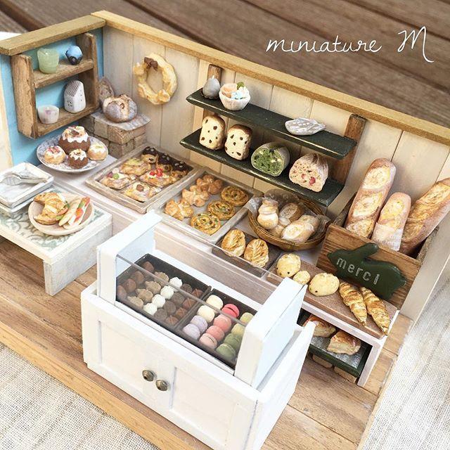 instagram media by mo340mo ミニチュアパリのパン屋さん お まだ出してきたなと言わずに ラスト2枚 一気にpostして パン屋さんは 終了しますね ショーケースの中が写るように上からの図を いつもイイねと温かなコ パン 屋 さん パン 屋