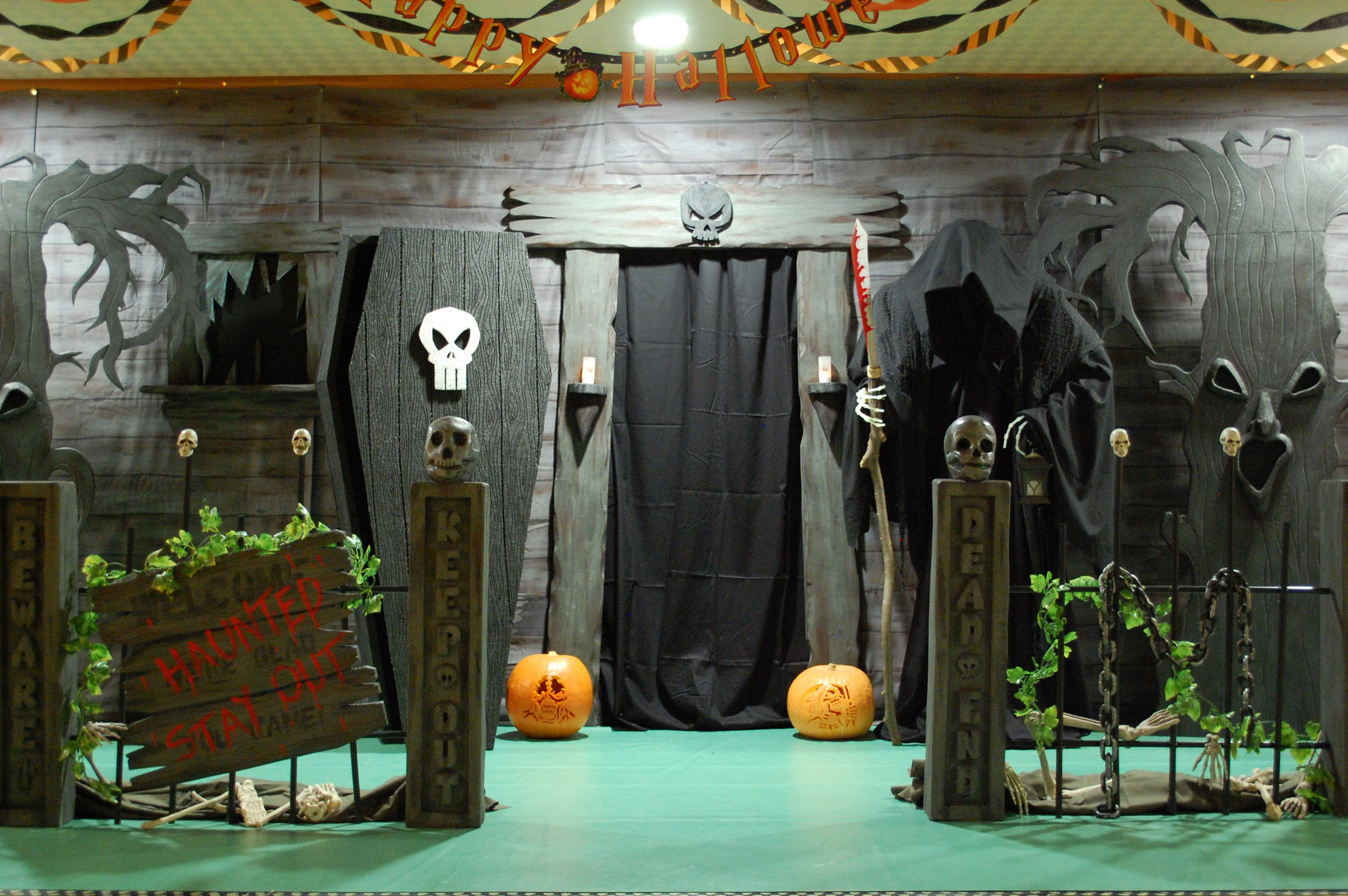 Haunted house entrance a good website on diy halloween for Scary halloween home decorations