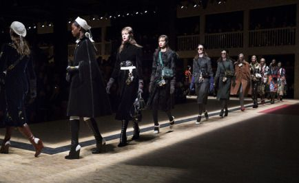 Prada explora a complexidade feminina em desfile na semana de moda de Milão