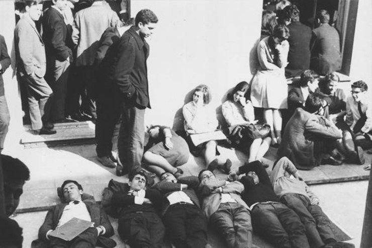 En 1966 un considerable grupo de universitarios e intelectuales de Barcelona se reunió en el convento de los capuchinos de Sarriá para celebrar una asamblea de la que debía salir la creación del nuevo Sindicato Democrático de Estudiantes.   La policía trató de impedirlo y los asistentes se encerra