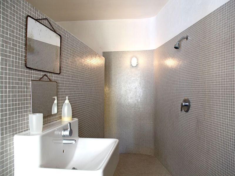 Ambiance grise : Salle de bains : la mosaïque crée l\'ambiance ...