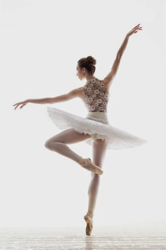 I Love How Gracefully And Elegantly She Poses Simple But Very Beautiful Dance Photography Ballet Dancers Ballet Beautiful