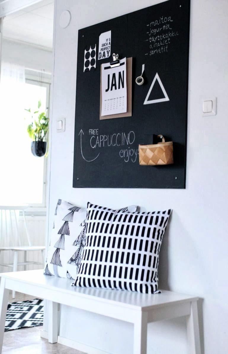 schwarze tafel und wei e sitzbank k nnten wir uns super im flur vorstellen interior. Black Bedroom Furniture Sets. Home Design Ideas