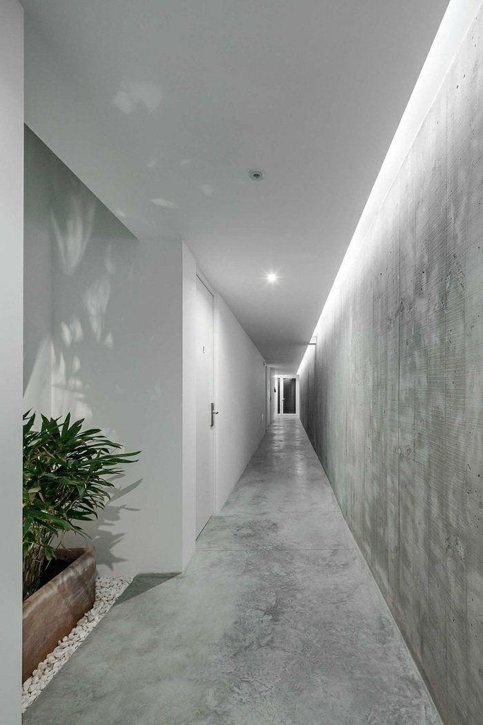 Flur Länglich Mit Beton Wand Und Weißer Putz