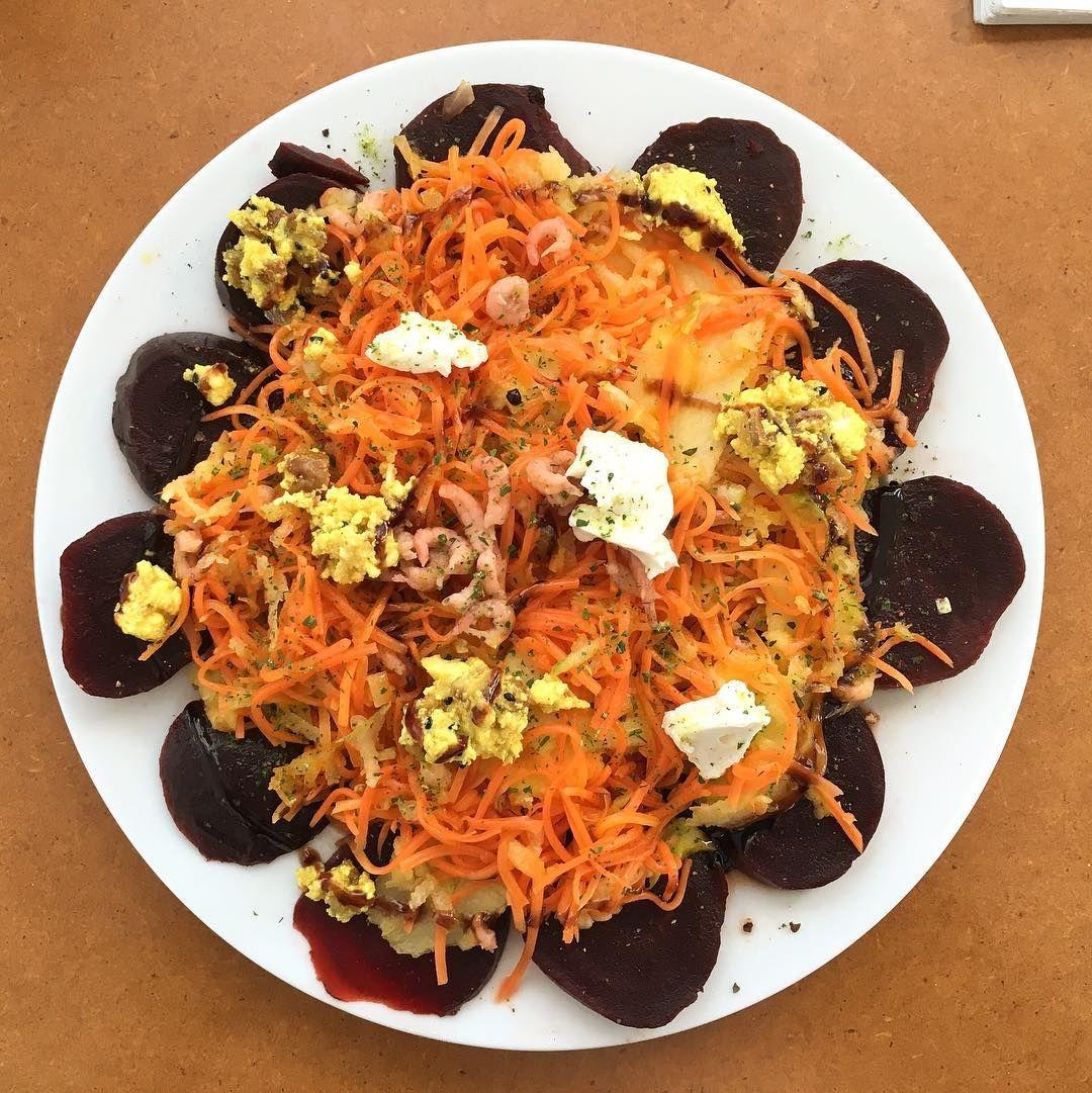 #break  #goodfood #madeintheoffice #lowcarb #rotebeete #möhre #apfel #krabben #ziegenkäse #dattel #salat  by jes9295