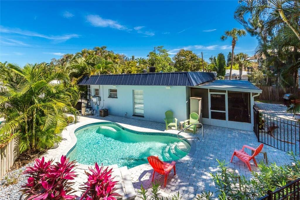 Crescent Street 1138 A Pet Friendly 2 Bedrooms Pool Walk To The Beach Siesta Key Vacation Pet Friendly Beach Vacation Condos