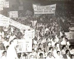 Cuba 1957: En una concentración oficialista, carteles con demandas obreras y denuncias a dirigentes corruptos y vendidos a los patrones