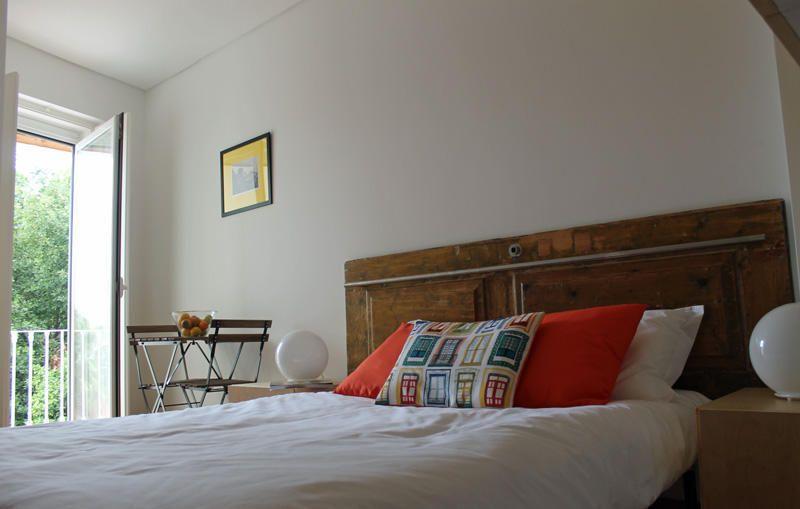 Wonderful bedhead made of a old door - von The Elevator Hostel