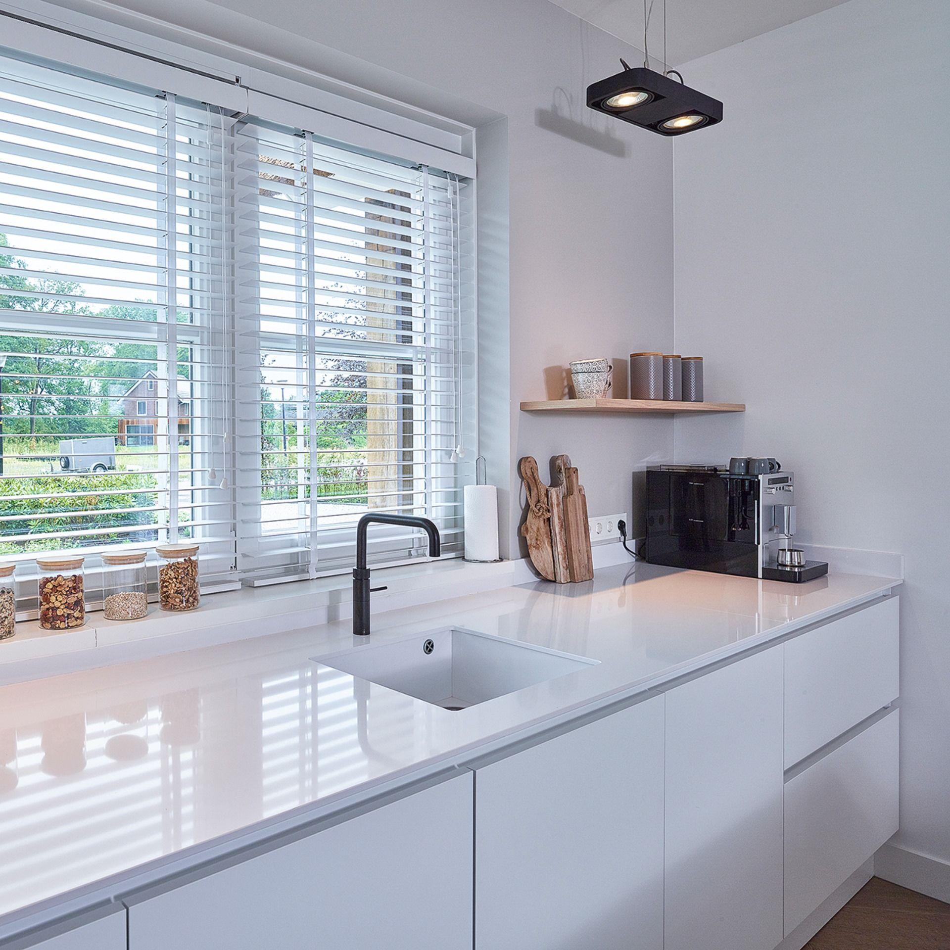 Diese Schone Contur Kuche In Der Farbe Lacklaminat Weiss Steht Bei Einem Unserer Kunden In Den Niederlanden Mit Bildern Landhauskuche Laminat Moderne Landhauskuche